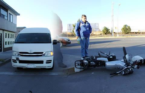 Se lesiona motociclista al ser embestido por una camioneta en la avenida de las Industrias