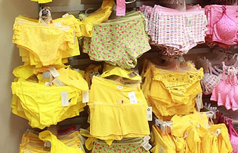 Calzones rojos y amarillos para año nuevo