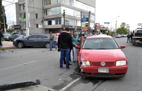 Chocan dos vehículos en la Pascual Orozco; uno sale ...