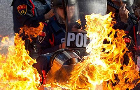 Deja policías quemados y heridos la protesta por el dos de octubre en el De Efe