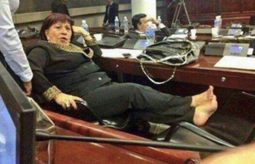 Resultado de imagen para imagenes de senadores y diputados durmiendo en el curul mexico
