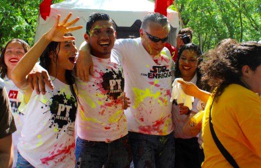 Se baña Serrano en pintura y espuma con jóvenes del PT