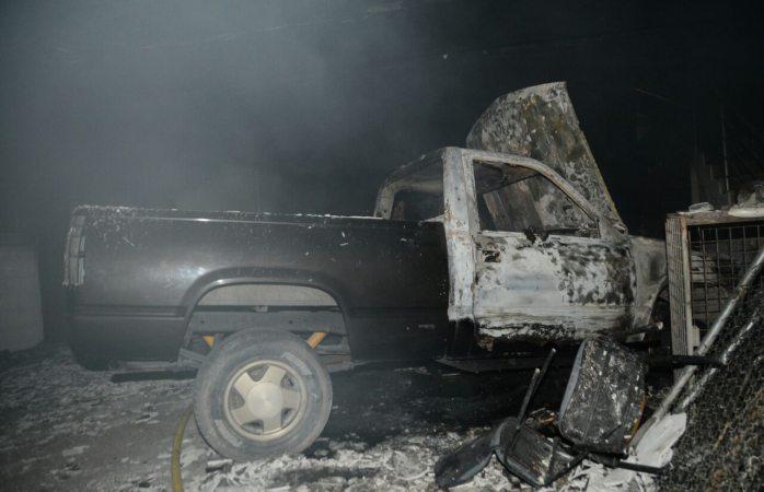 Se quema cochera con dos camionetas en la 20 de Noviembre
