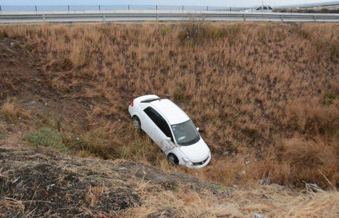 Derrapan y caen a barranco en la carretera corta a Parral