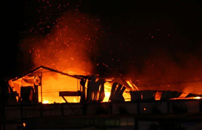 Explosión de tanque provoca incendio fuera de control en la Papelera