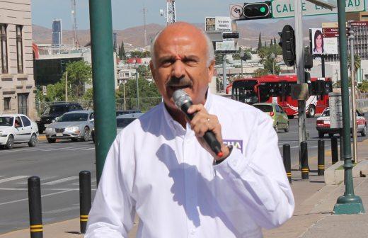 Protesta Chacho en la plaza del ángel en contra del gobernador