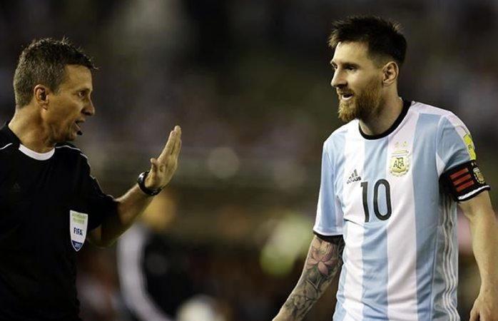 Reduciría Fifa sanción a Messi por insultar a árbitro