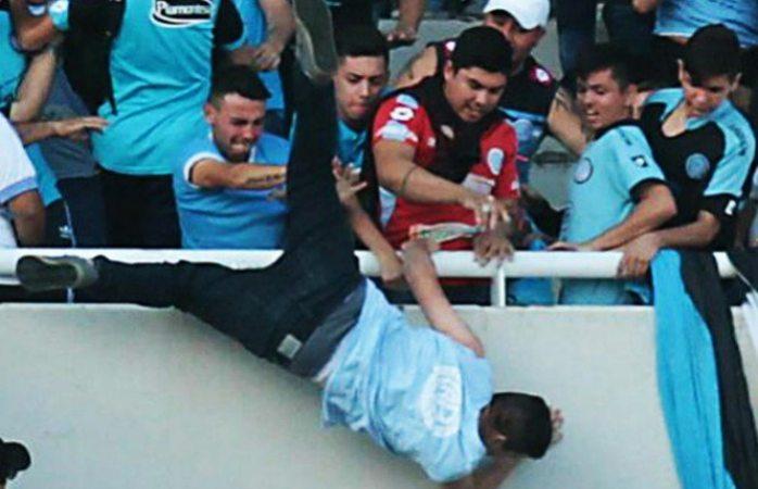 Muere aficionado que fue golpeado y arrojado desde las tribunas