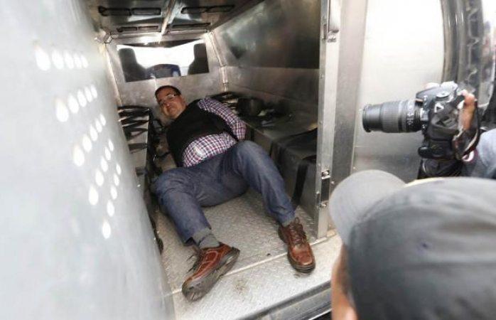 Duarte, tirado e impotente en una jaula móvil para delincuentes