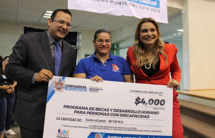 Entrega Maru Campos más de 2 mil becas a personas con discapacidad
