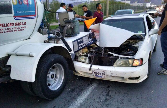 Choca conductor de auto contra pipa de gas frente a comandancia