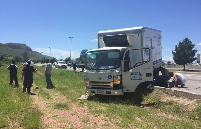 Se estampa camión contra camioneta varada en la Sacramento
