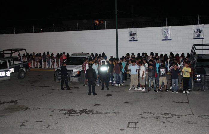Aseguran a 100 adolescentes ebrios en pool party en Juárez