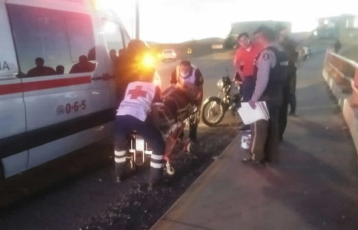 Choca motociclista con barra de contención