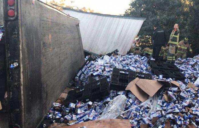 Por volcadura se desperdician decenas de litros de cerveza en la México-Toluca