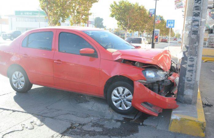Impacta a vehículo y termina estampándose en poste en el Ortiz Mena