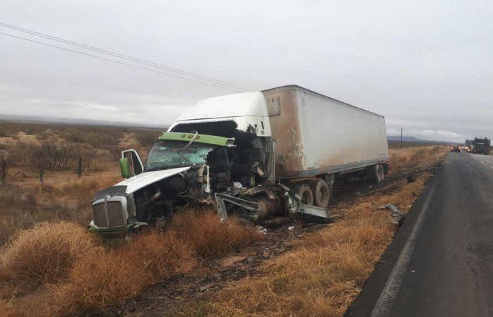 Encontronazo de camión y tráiler deja un muerto y 15 lesionados