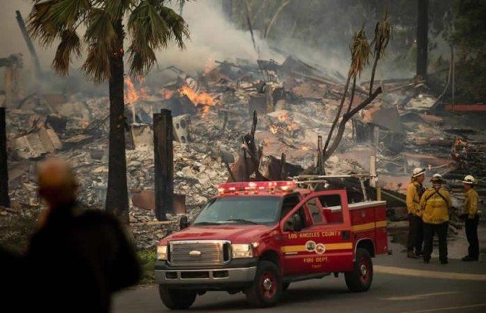 Siguen consumiendo el sur de California incendios forestales