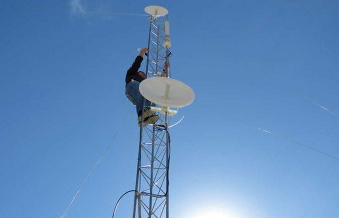 Instala municipio antenas para mejorar señal de internet en la zona rural