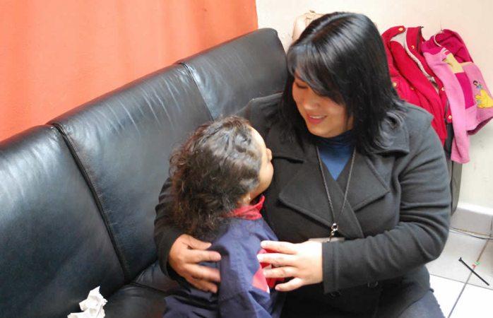 Rescatan a niña de 6 años que deambulaba en la calle
