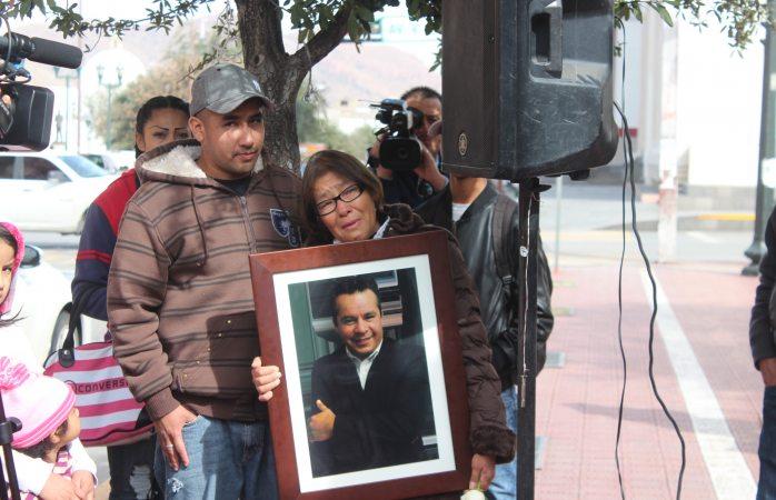 Con cantos en la cruz de clavos, recuerdan a reportero asesinado