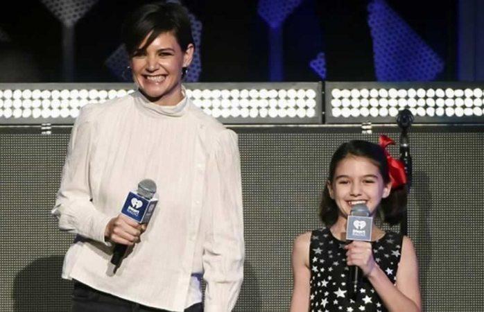 Sorprende Katie Holmes con hija durante show en NY