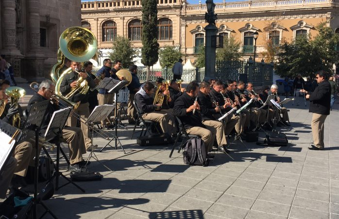 Interpreta banda de música villancicos en Plaza de Armas