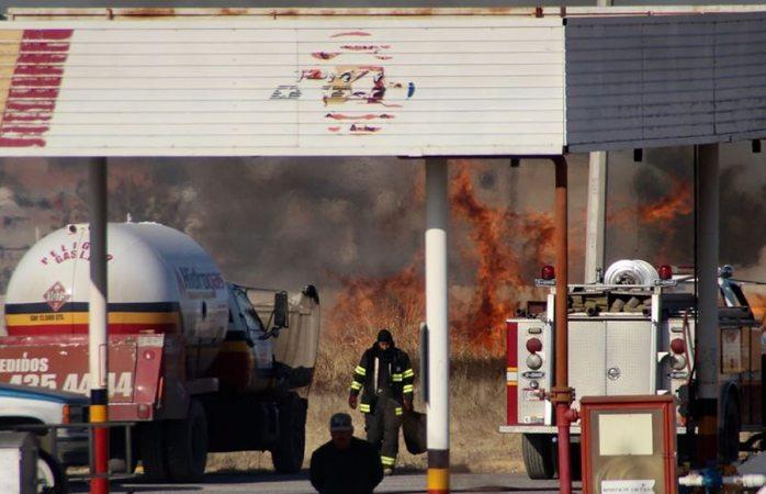 Moviliza incendio en salida a ciudad Delicias
