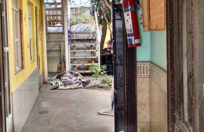 Muere en el patio de una casa de huéspedes