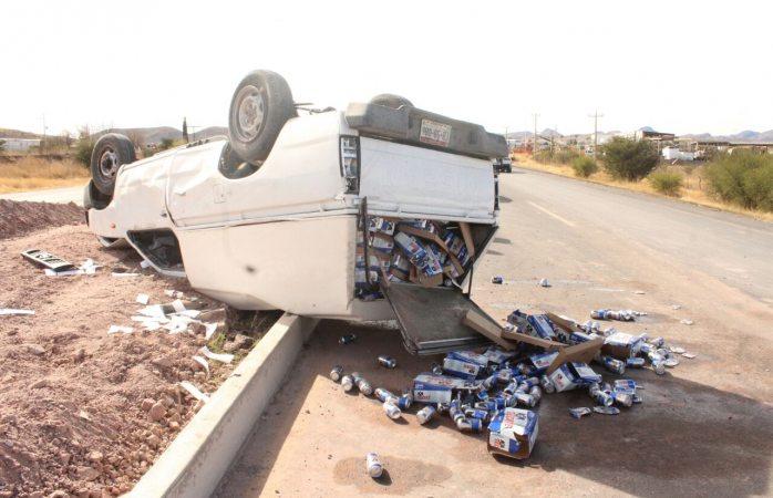 No respeta bloqueo, lo siguen y vuelca cargado con cerveza en rúa a Cuauhtémoc