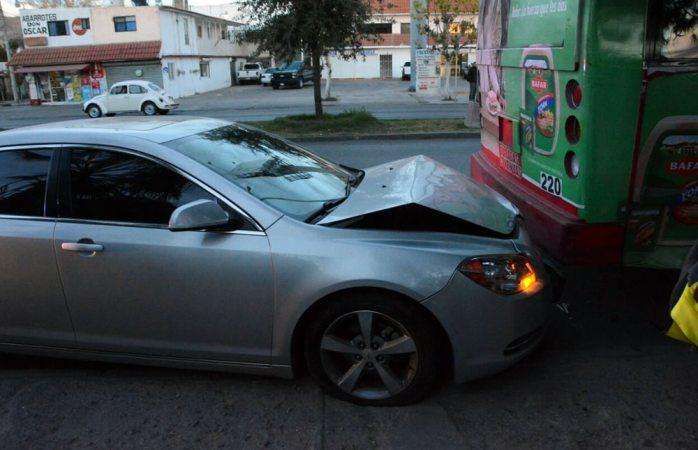 Chocan auto y camión en la avenida Heroico Colegio Militar