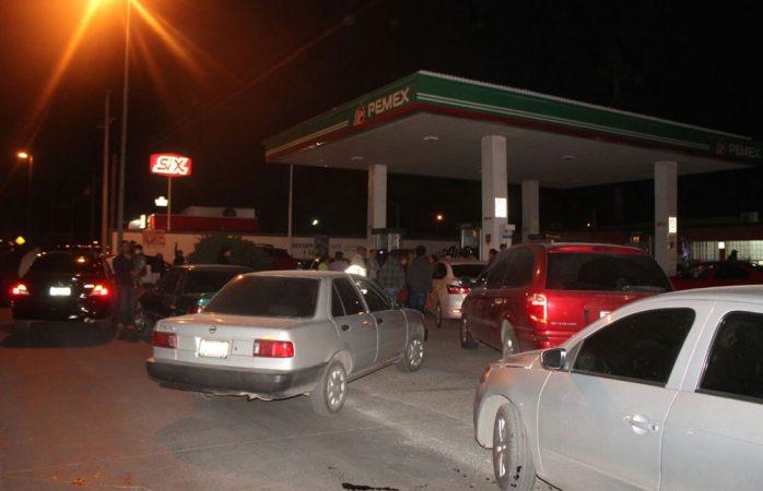 Exigen conductores a gerentes de gasolineras demostrarles la falta de combustible
