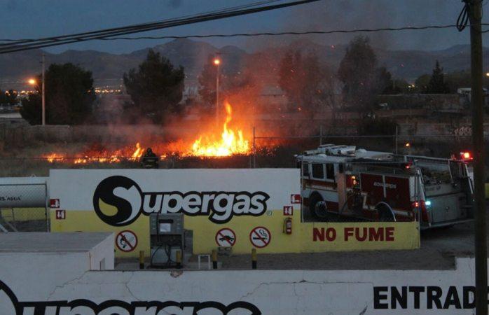 Genera movilización incendio en terreno junto a gasera en la colonia Granjas Cerro Grande