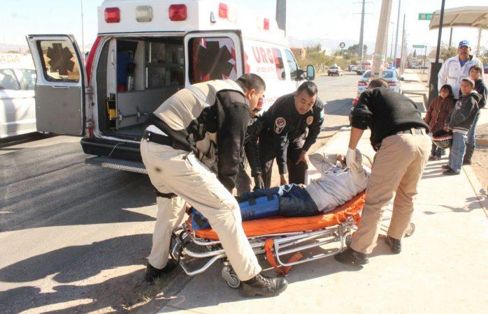Queda motociclista lesionado al chocar contra camellón en la Juan Pablo II