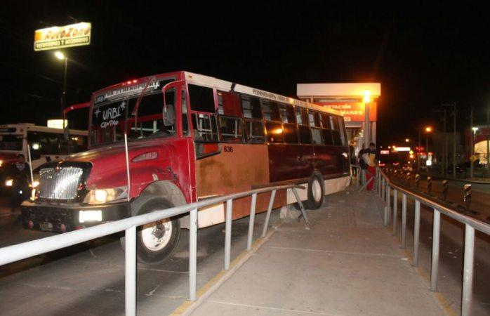 Se baja chofer y camión avanza chocando con estación Fuentes Mares del Vivebús
