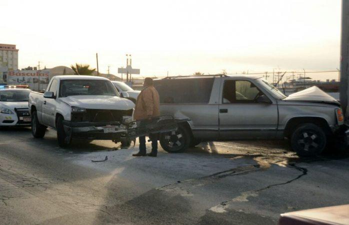 Choca conductor de camioneta contra semáforo y se impactan contra él