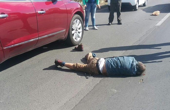 Muere adulto mayor arrollado por auto en periférico de la Juventud