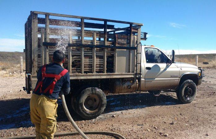 Se incendia camioneta en la carretera corta a Parral