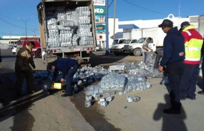 Se incendia camión cargado con papel sanitario en Parral