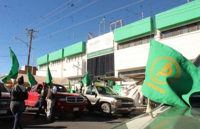 Toman oficinas de Sagarpa y cierran la avenida Zarco