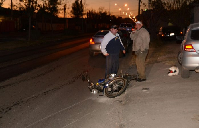 Derrapa adulto mayor en su motocicleta en la Colegio Militar