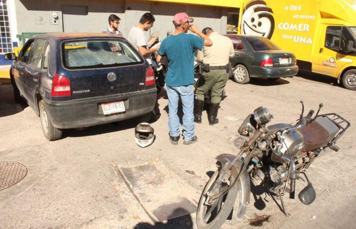 Choca a motociclista en estacionamiento de la Santa Rita