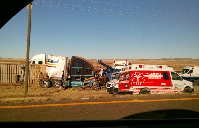 Muere conductora en choque de camiones de carga en carretera a Juárez