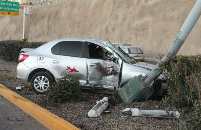 Derriba poste al conducir a exceso de velocidad en el de La Juventud