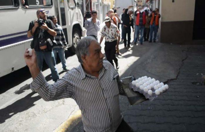 Lanzan huevos al congreso de Morelos en protestas por gasolinazo