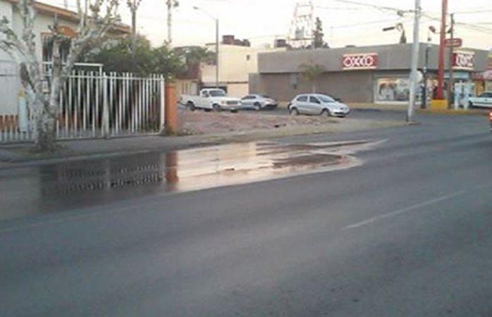 Tiene fuga de agua potable en la avenida Mirador un mes sin ser arreglada
