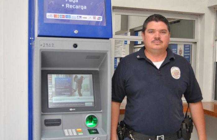 Entrega policía municipal dinero que halló en cajero