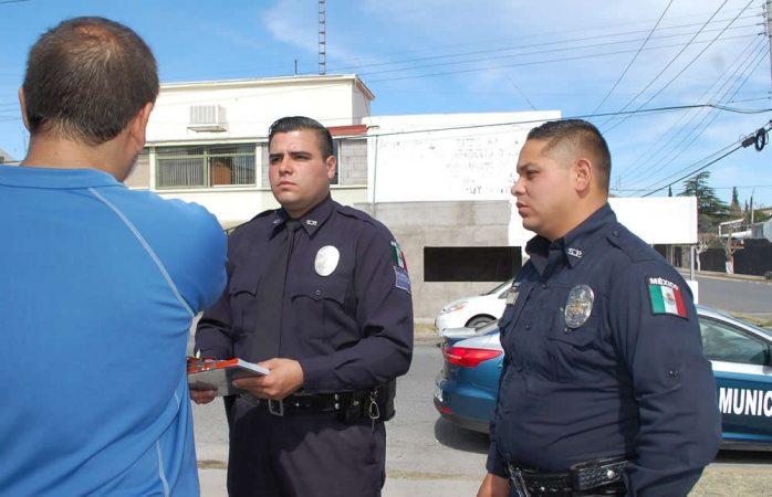Auxilian policías municipales a niño mordido por un pitbull