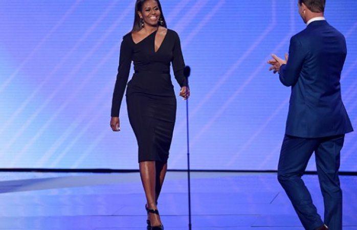 Reaparece Michelle Obama con impactante vestido
