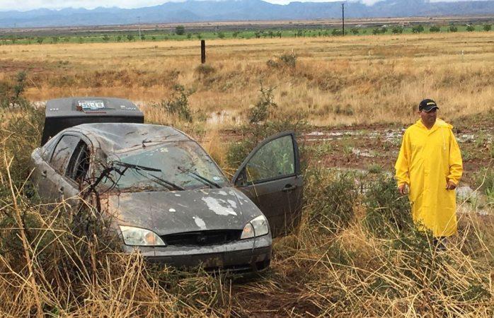 Provoca pavimento mojado volcadura en carretera a Juárez